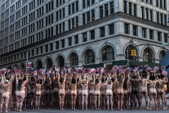 Nipple「Photographer Spencer Tunick Stages One Of His Large Scale Group Nude Shoots In New York City」:写真・画像(11)[壁紙.com]