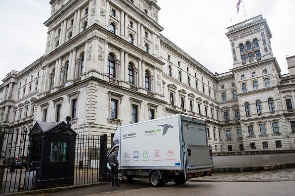 Removing「Removal Vans Arrive At Downing Street」:写真・画像(6)[壁紙.com]