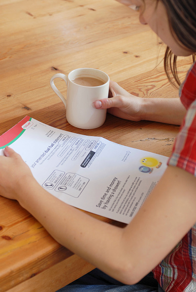 Crockery「Young person looking at utility bill.」:写真・画像(19)[壁紙.com]