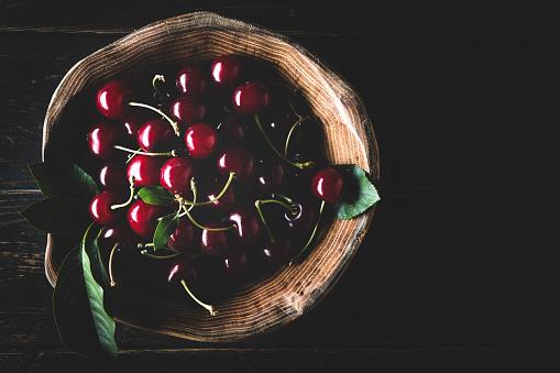 Cherry「Ripe sweet cherry in wooden bowl on dark background」:スマホ壁紙(17)