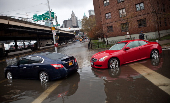 Lower East Side Manhattan「East Coast Begins To Clean Up And Assess Damage From Hurricane Sandy」:写真・画像(6)[壁紙.com]