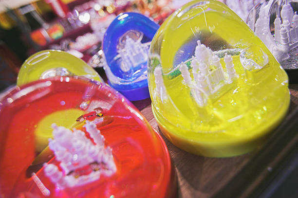 Snow globes containing Taj Mahal, close-up:スマホ壁紙(壁紙.com)