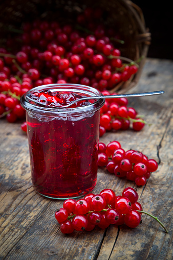Currant「Jam jar of currant jelly and red currants, Ribes rubrum, on wooden table」:スマホ壁紙(1)