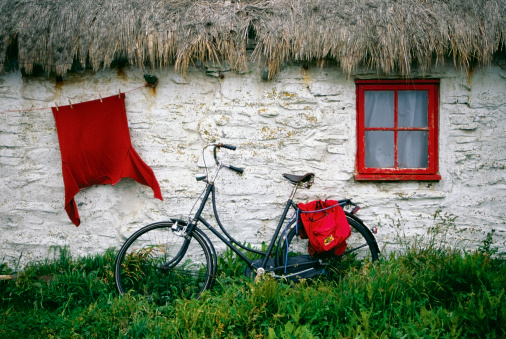 Isle of Man「Bicycle outside a cottage, Cregnesh, Isle of Man, British Isles」:スマホ壁紙(2)