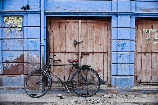 自転車・バイク「Bicycle outside building, Jodhpur, India」:スマホ壁紙(0)