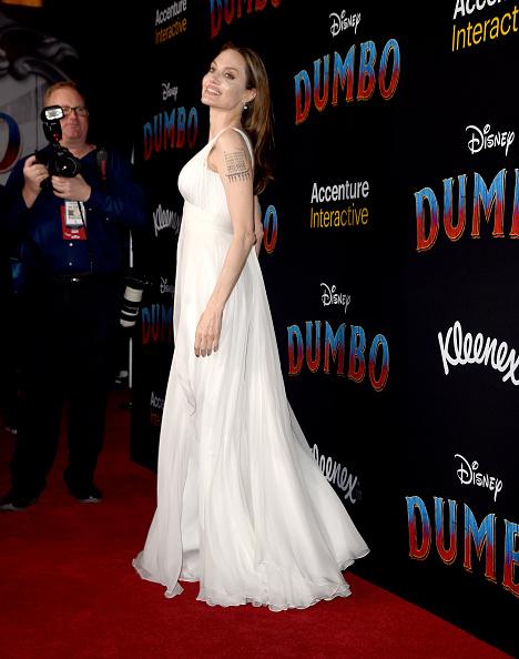 Angelina Jolie「Premiere Of Disney's 'Dumbo' - Red Carpet」:写真・画像(19)[壁紙.com]