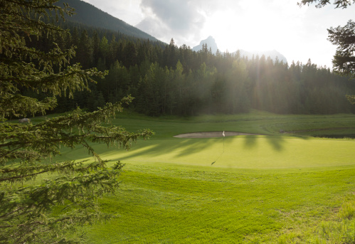 Sports Flag「View of golf course green at sunrise, mountains」:スマホ壁紙(8)