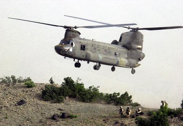 CH-47 Chinook「U.S. Troops Hunt Al Qaeda In Afghanistan」:写真・画像(7)[壁紙.com]