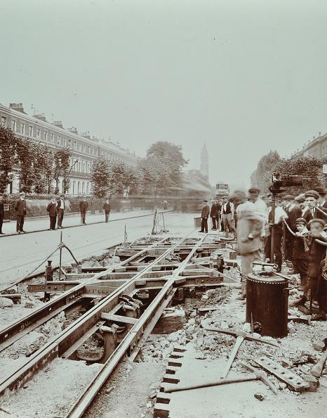 Avenue「Workmen Extending Tramlines, Brixton Road, London, 1907」:写真・画像(11)[壁紙.com]