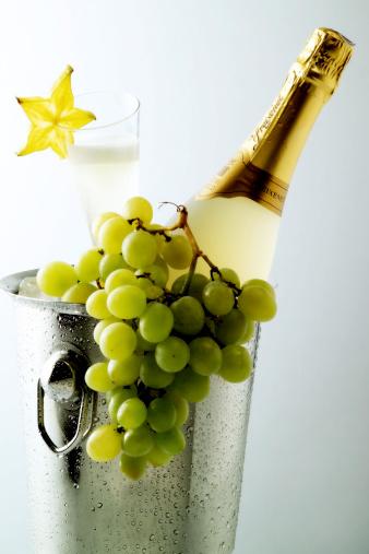 Grape「Champagner bottle in ice bucket」:スマホ壁紙(3)