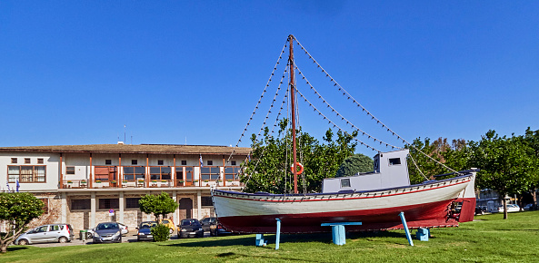 スクエア「The Volos town hall and the boat presented as a sculpture」:スマホ壁紙(18)