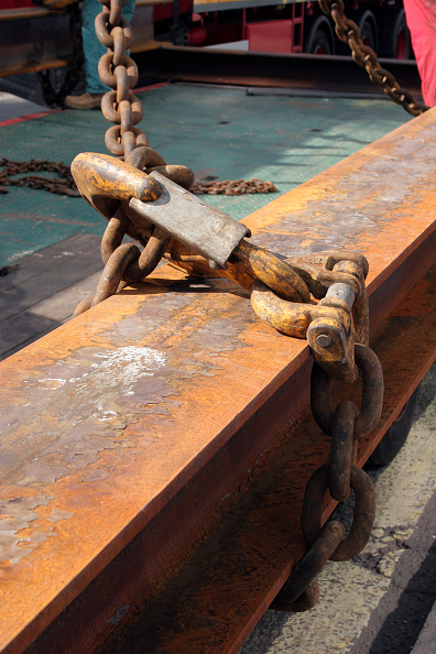 Chain - Object「Lifting hook and chain fitted to rusty beam section.」:写真・画像(17)[壁紙.com]