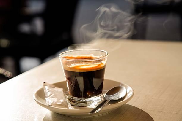 Steaming espresso coffee on cafe table:スマホ壁紙(壁紙.com)