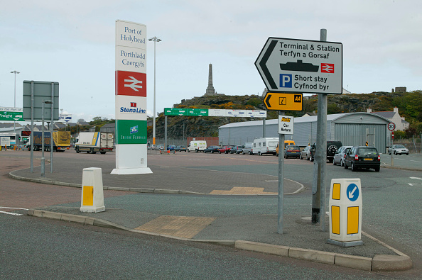 Bollard「Entrance by road to Holyhead port for sailings to the Irish Republic. Thuresday 13th May 2004.」:写真・画像(11)[壁紙.com]