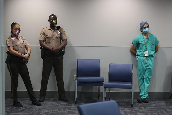 Florida - US State「Florida Governor Ron DeSantis And Miami-Dade County Mayor Carlos Gimenez Hold Coronavirus Briefing」:写真・画像(1)[壁紙.com]