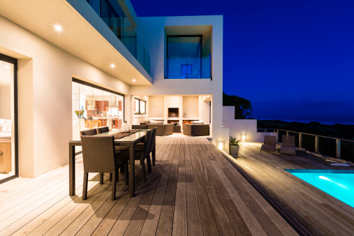 Clean「Luxury Villa Pool Deck at Dusk」:スマホ壁紙(4)