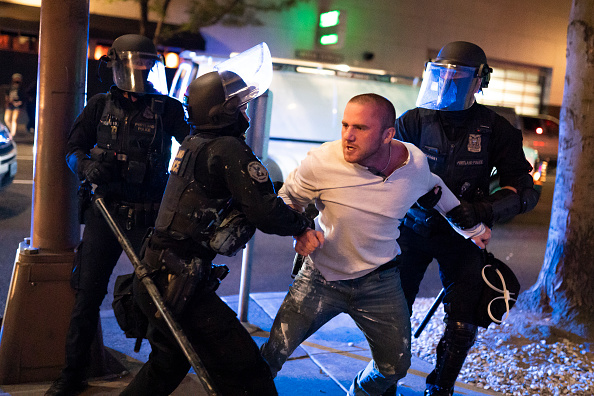 Portland - Oregon「Far Right Activists Rally In Portland To Counter The Anti-Police Protesters」:写真・画像(11)[壁紙.com]