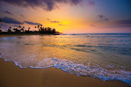 波「カウアイ島ポイプ ビーチでハワイの日の出」:スマホ壁紙(11)