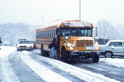 Bus「Children boarding school bus in snowstorm」:スマホ壁紙(17)
