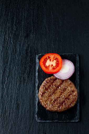 Hamburger「Fried beef patty with tomato and onion rings」:スマホ壁紙(2)
