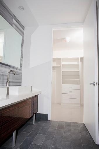 Gulf Coast States「Door open to walk-in closet from modern bathroom」:スマホ壁紙(3)