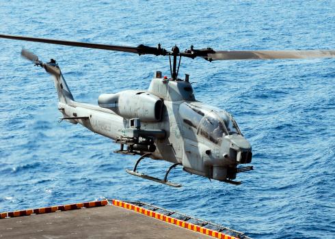 アラビア海「An AH-1W Super Cobra helicopter launches off the flight deck of USS Peleliu.」:スマホ壁紙(3)