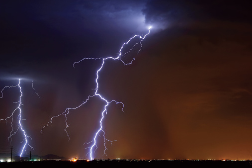 雷「USA, Arizona, Maricopa County, Hassayampa, Lightning striking in farming area near little town」:スマホ壁紙(4)