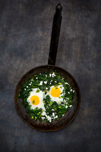 Poached Food「Shakshouka with baby spinat, chard, spring onions and basil in pan」:スマホ壁紙(15)