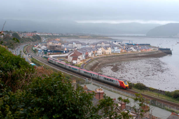 The first working of the 11:21 Euston - Llandudno eases through Deganwy. September 2004.:ニュース(壁紙.com)