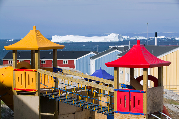 ヤコブスハブン氷河「Childrens play ground in Ilulissat on Greenland with icebergs from the Jacobshavn icefjord behind」:写真・画像(4)[壁紙.com]