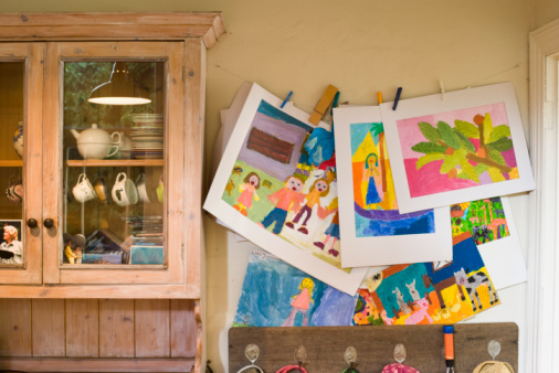 Domestic Kitchen「Children's paintings by cabinet」:スマホ壁紙(2)