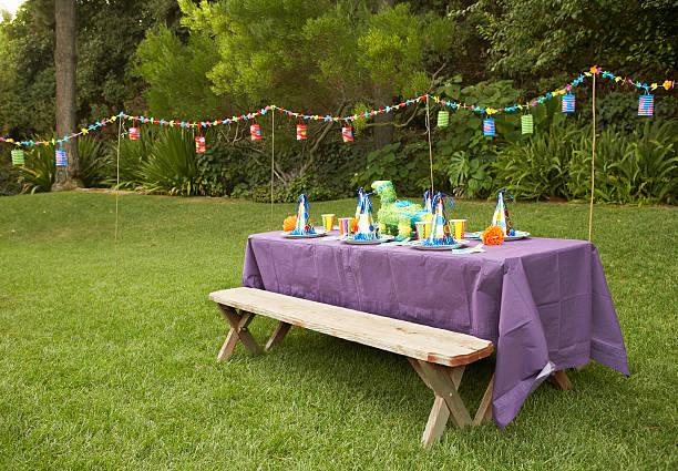 Children's party table set-up in backyard:スマホ壁紙(壁紙.com)