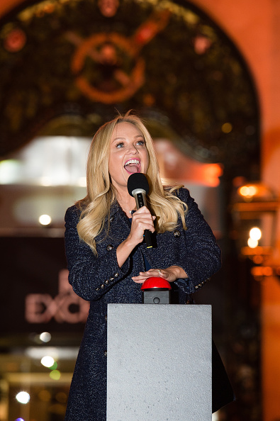 膝から上の構図「Emma Bunton Switches On The Christmas Lights At The Royal Exchange」:写真・画像(7)[壁紙.com]