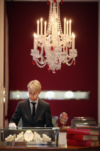 Clothing Store「Staff Prepare Jewellery At Garrard, The Oldest Jewellers In The World」:写真・画像(9)[壁紙.com]