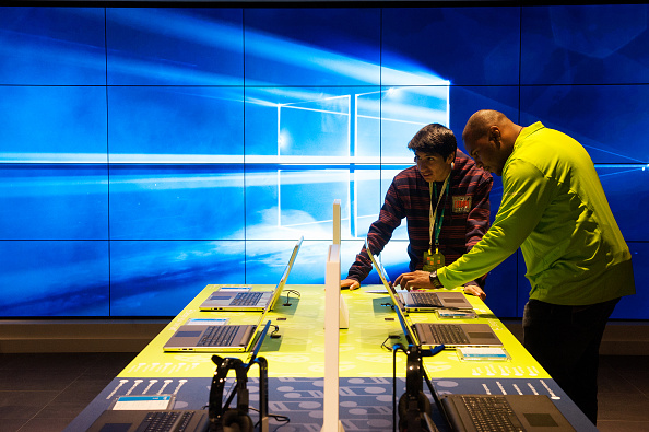 Assistance「Microsoft Opens Flagship Store On New York's Fifth Avenue」:写真・画像(19)[壁紙.com]