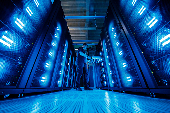 Employee「DKRZ Supercomputer Crunches Climate Data」:写真・画像(7)[壁紙.com]