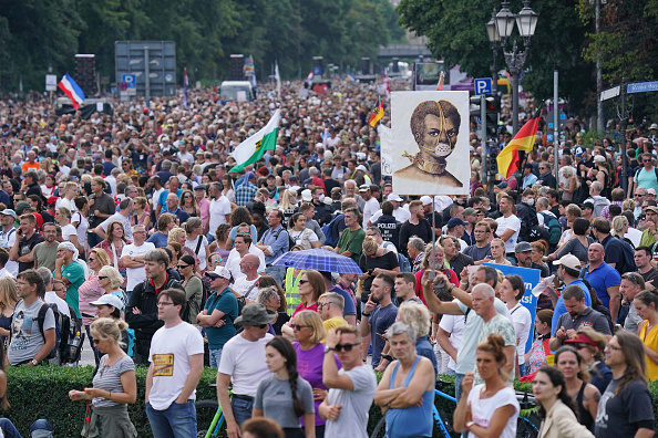 Protest「Coronavirus Skeptics And Right-Wing Extremists Protest In Berlin」:写真・画像(9)[壁紙.com]