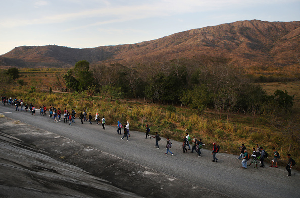 Refugee「New Migrant Caravan Travels From Honduras To U.S. -Mexico Border」:写真・画像(12)[壁紙.com]