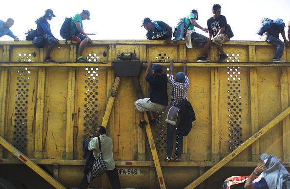 金融と経済「New Migrant Caravan Travels From Honduras To U.S. -Mexico Border」:写真・画像(17)[壁紙.com]