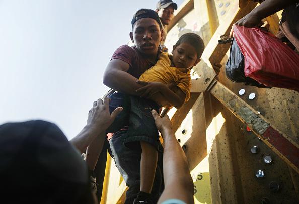 金融と経済「New Migrant Caravan Travels From Honduras To U.S. -Mexico Border」:写真・画像(18)[壁紙.com]