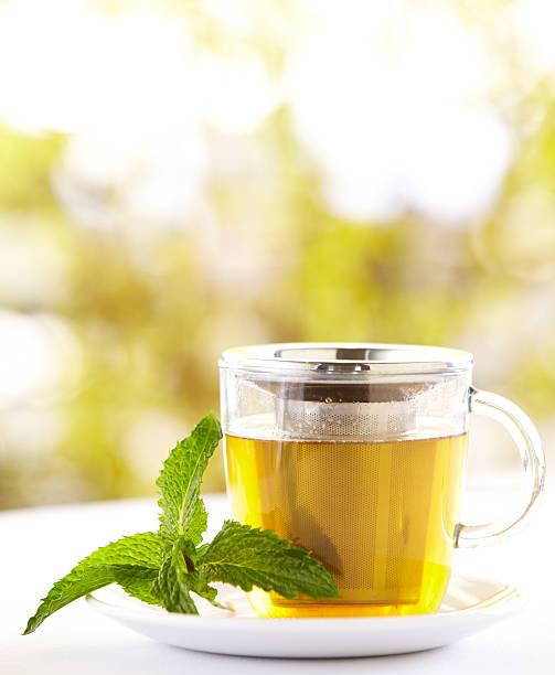 Green tea with a mint leaf outdoors:スマホ壁紙(壁紙.com)