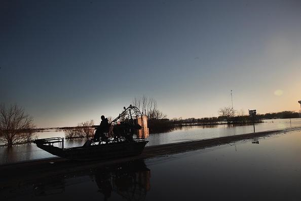 座る「Flooding Continues To Cause Devastation Across Midwest」:写真・画像(16)[壁紙.com]