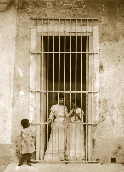 Sepia Toned「Barred Door」:写真・画像(1)[壁紙.com]