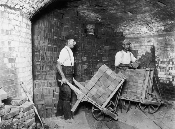 Spencer Arnold Collection「Making Bricks」:写真・画像(1)[壁紙.com]