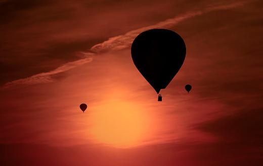 気球「Silhouettes of three air balloons in front of red evening sky」:スマホ壁紙(9)