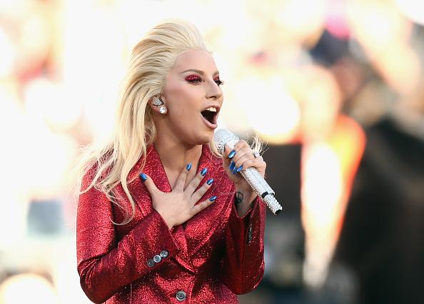 Singing「Lady Gaga Sings The National Anthem At Super Bowl 50」:写真・画像(5)[壁紙.com]