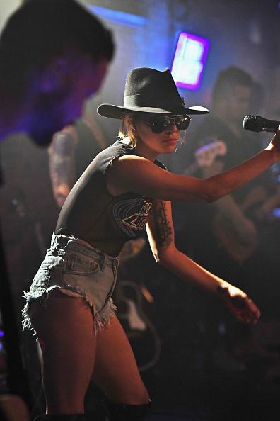 Alternative Pose「Bud Light X Lady Gaga Dive Bar Tour In NYC」:写真・画像(7)[壁紙.com]
