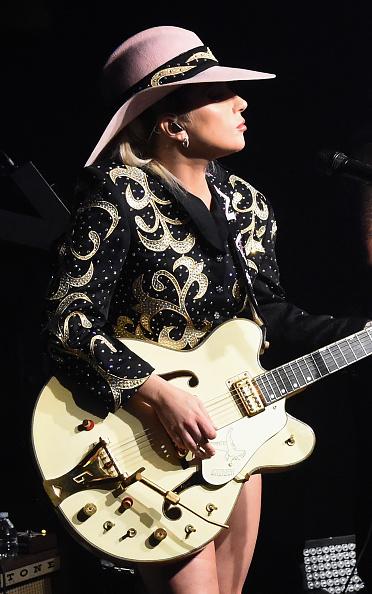 Alternative Pose「Bud Light X Lady Gaga Dive Bar Tour At The 5 Spot In Nashville, TN」:写真・画像(5)[壁紙.com]