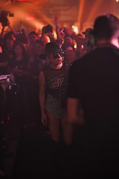 Alternative Pose「Bud Light X Lady Gaga Dive Bar Tour In NYC」:写真・画像(16)[壁紙.com]