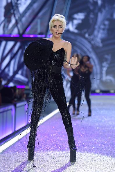 カメラ目線「2016 Victoria's Secret Fashion Show in Paris - Show」:写真・画像(13)[壁紙.com]